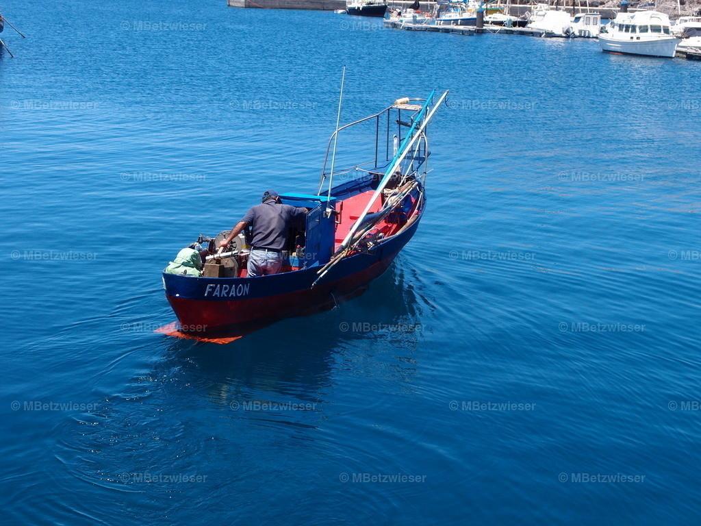 P5065527 | Fischer startet aus dem Hafen La Restinga