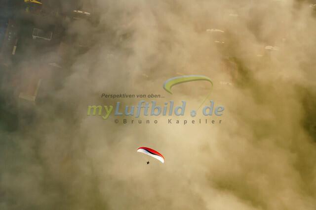 luftbild-gleitschirm-bruno-kapeller-01 | Luftaufnahme Gleitschirm über dem Nebel