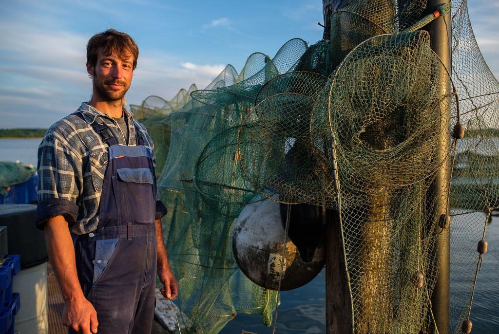 Fischer Nils Ross © Holger Rüdel | Nils Ross ist Berufsfischer in Schleswig an der Schlei. In dem kleinen Familienbetrieb arbeitet er eng mit seinem Vater Jörn und seinem Bruder Christian zusammen. Die Familie Ross lebt und fischt seit Jahrhunderten an der Schlei.