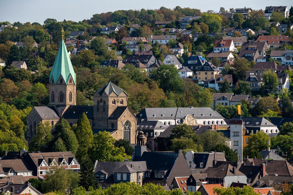 JT-200913   Die St.-Ludgerus-Kirche, in Essen-Werden, Abteikirche, mit dem Schrein des heiligen Ludgerus, in der Krypta, rechts Gebäude der Folkwang Universität der Künste, Essen  NRW, Deutschland