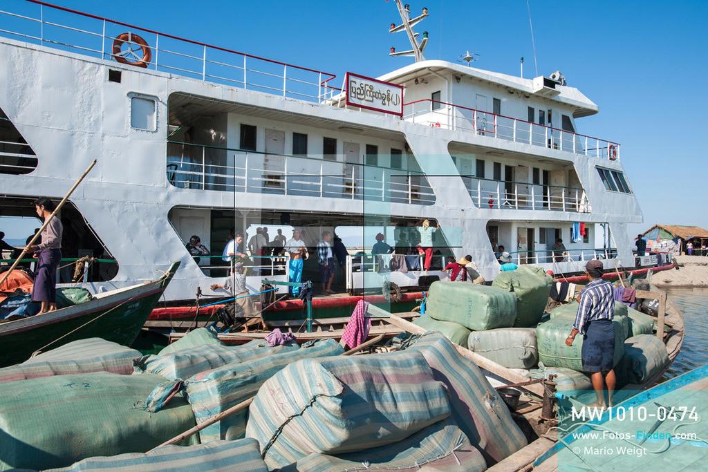 MW1010-0474 | Myanmar | Kachin State | Bhamo | Reportage: Schiffsreise von Bhamo nach Mandalay auf dem Ayeyarwady | Beladen der IWT-Fähre Pyi Gyi Tagon 2 in Bhamo  ** Feindaten bitte anfragen bei Mario Weigt Photography, info@asia-stories.com **