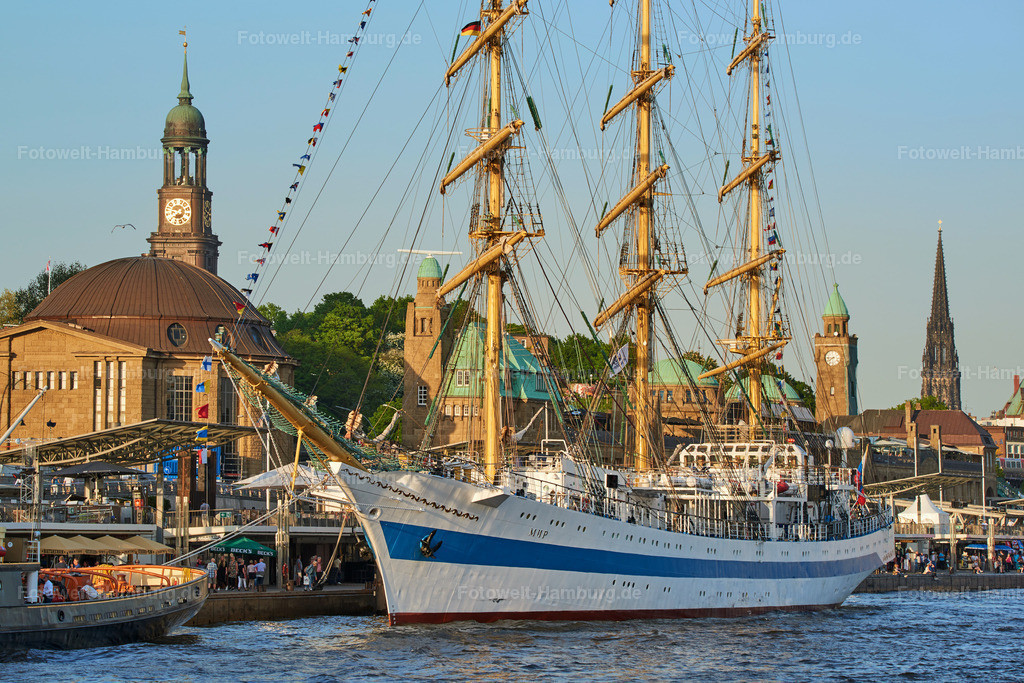 11987939 - Segelschulschiff Mir an den Landungsbrücken