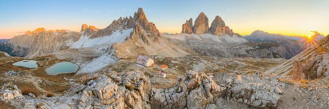 Drei Zinnen Panorama | Panorama der atemberaubenden Berglandschaft bei den Drei Zinnen in Südtirol während eines Sonnenuntergangs im Herbst. Das Panoramabild besteht aus 63 Einzelaufnahmen um die komplette Dynamik der Szene festzuhalten.