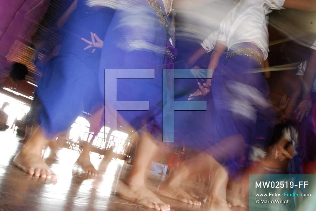 MW02519-FF | Kambodscha | Phnom Penh | Reportage: Apsara-Tanz | Schülerinnen lernen den Apsara-Tanz in einer Tanzschule. Sechs Jahre dauert es mindestens, bis der klassische Apsara-Tanz perfekt beherrscht wird. Kambodschas wichtigstes Kulturgut ist der Apsara-Tanz. Im 12. Jahrhundert gerieten schon die Gottkönige beim Tanz der Himmelsnymphen ins Schwärmen. In zahlreichen Steinreliefs wurden die Apsara-Tänzerinnen in der Tempelanlage Angkor Wat verewigt.   ** Feindaten bitte anfragen bei Mario Weigt Photography, info@asia-stories.com **