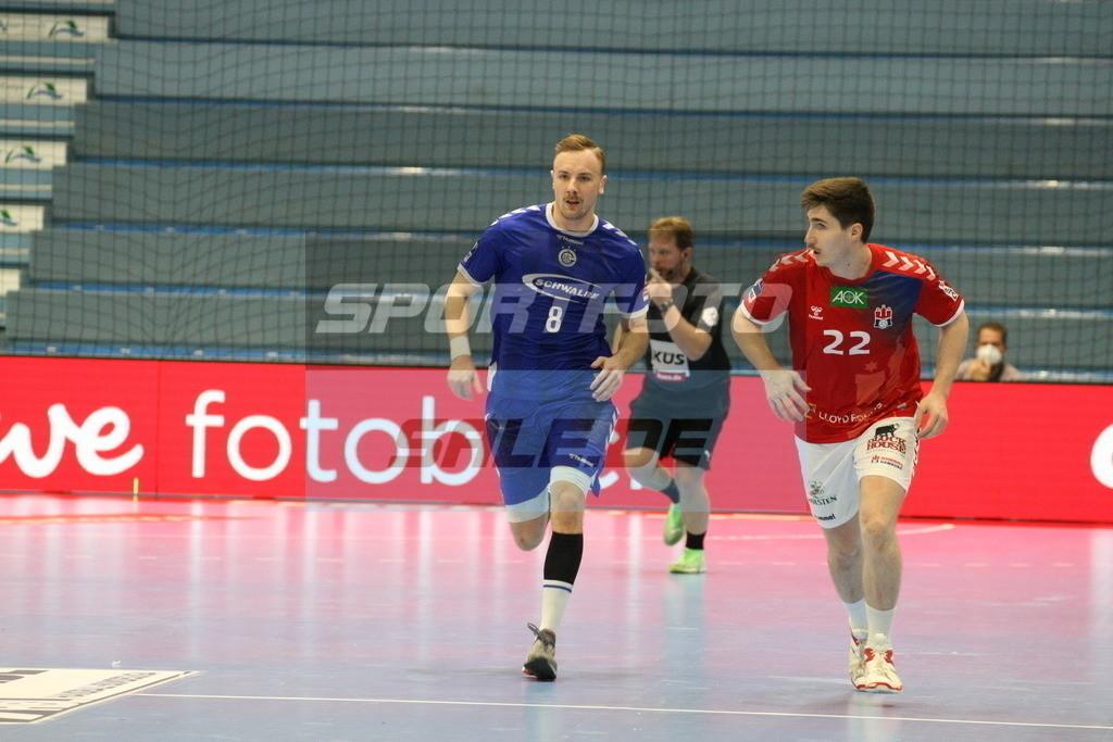 VFL Gummersbach - HSV Hamburg   Laufduell Lukas Blohme (links) und Philipp Bauer - © by Sportfoto-Sale.de
