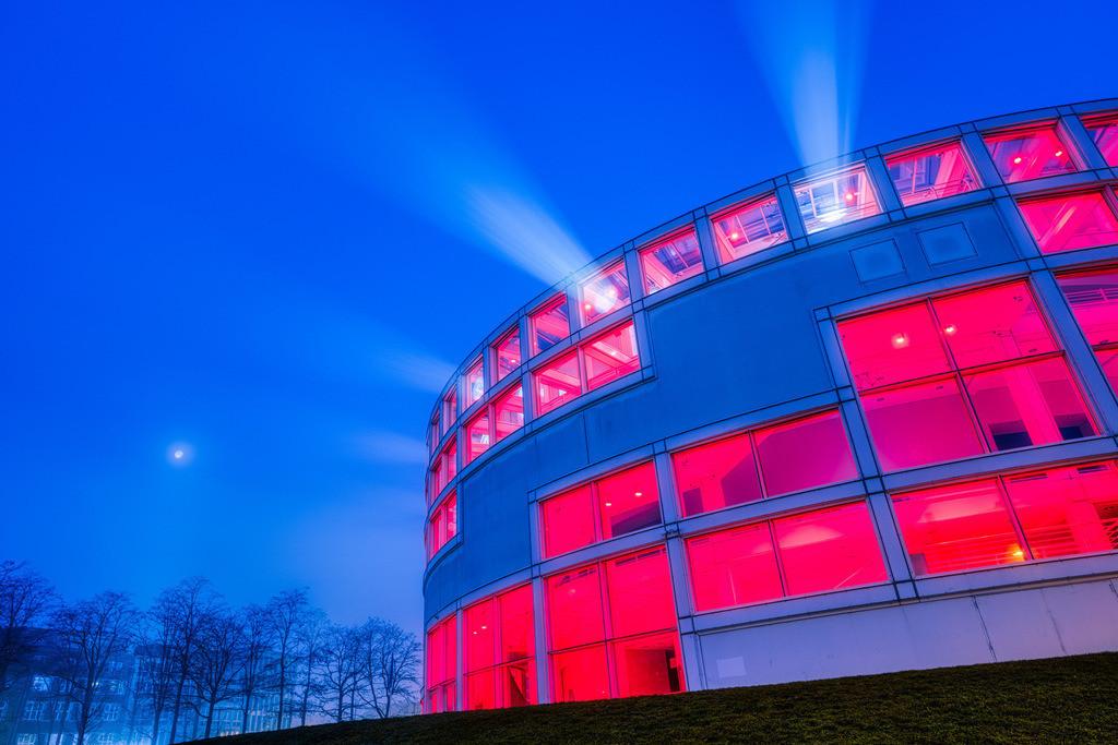 Stadthalle Bielefeld am 1. Januar 2021 (3) | Lightshow an der Stadthalle Bielefeld früh morgens am 1. Januar 2021.