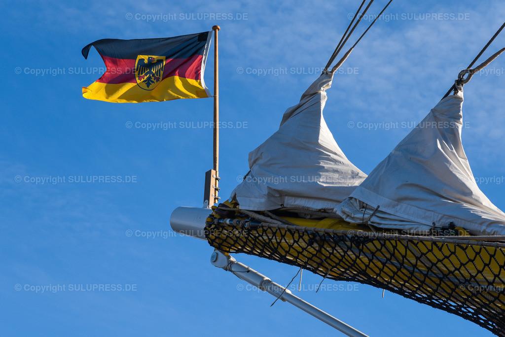 Gorch Fock Rückkehr nach Kiel   Kiel, nach fast sechs Jahren und einer vollständigen Grundinstandsetzung für 135 Millionen Euro kehrt das Segelschulschiff Gorch Fock (Bj. 1958) in seinen Heimathafen nach Kiel zurück. Im Bild: Die Deutschlandflagge am Klüverbaum.