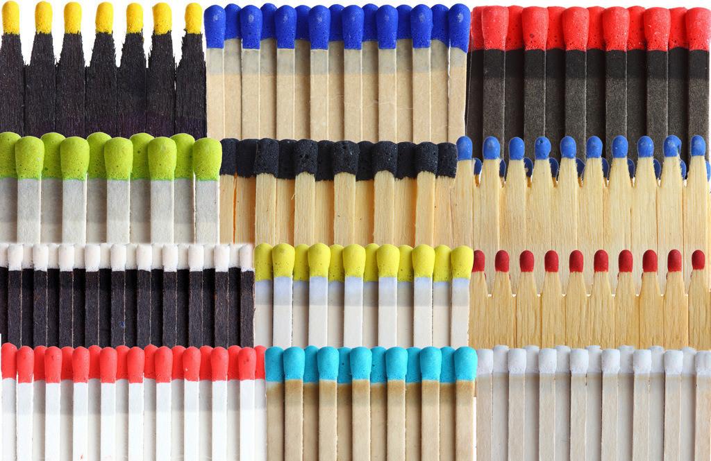 JT-120120-116 | Streichhoelzer in Streichholzbriefen, duennen Verpackungen. Verschiedene Farben der Streichholzkoepfe und der Hoelzer.