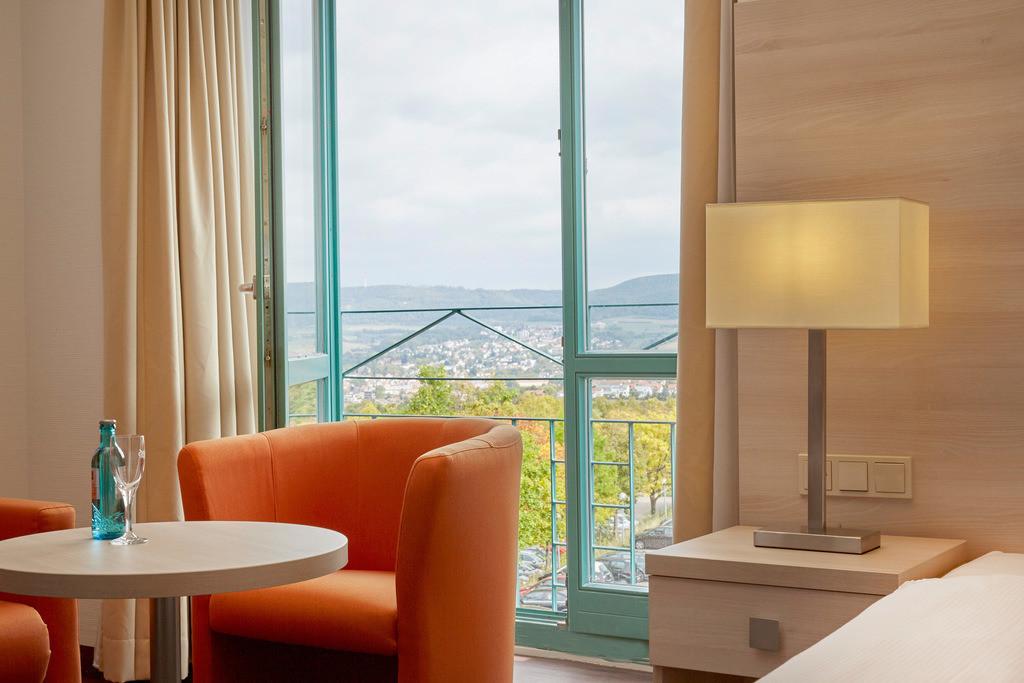 zimmer-einzelzimmer-ausblick-01-hplus-hotel-aalen