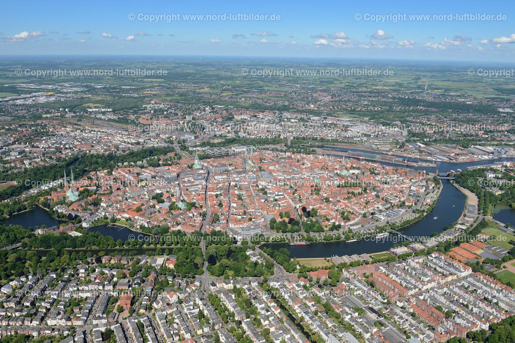 Lübeck_ELS_8471151106 | Lübeck - Aufnahmedatum: 10.06.2015, Aufnahmehoehe: 556 m, Koordinaten: N53°51.632' - E10°42.615', Bildgröße: 7047 x  4703 Pixel - Copyright 2015 by Martin Elsen, Kontakt: Tel.: +49 157 74581206, E-Mail: info@schoenes-foto.de  Schlagwörter;Foto Luftbild,Altstadt,HolstenTor,Kirche,Hanse,Hansestadt,Luftaufnahme,
