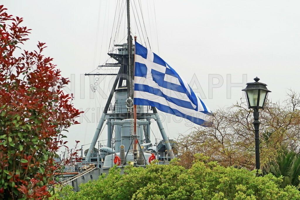 Griechische Fahne | Die griechische Fahne am Heck des Museumsschiffes Georgios Averoff.