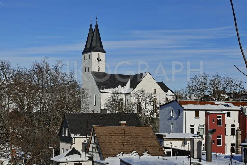 Oberste Stadtkirche Iserlohn | Die Marienkirche in Iserlohn wird im Volksmund auch Oberste Stadtkirche genannt. Die gotische Kirche entstand etwa in der Mitte des 14. Jahrhunderts. Das weiße Kirchengebäude ragt über die schneebedeckten Dächer der Iserlohner Altstadt.