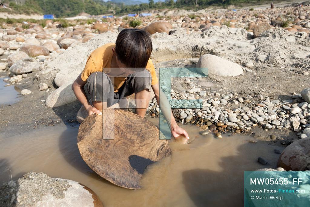 MW05455-FF   Myanmar   Kachin State   Myitson   Adee beim Goldwaschen am Fluss. Der 13-jährige Maung Adee lebt mit seiner Tante und seinem Onkel im Dorf Thanphe, drei Kilometer vom Zusammenfluss des Ayeyarwady. Dort schürft Adee mit seiner Familie nach Gold.  ** Feindaten bitte anfragen bei Mario Weigt Photography, info@asia-stories.com **