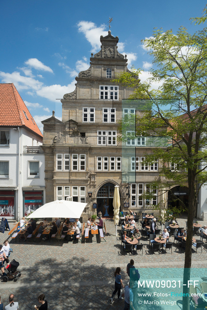 MW09031-FF | Deutschland | Niedersachsen | Hameln | Reportage: Reise entlang der Weser | Restaurant Rattenkrug in der Bäckerstrasse der Altstadt. Das Rattenfängerhaus mit der Fassade im Stil der Weserrenaissance wurde 1568 erbaut. Die Stadt an der Weser ist berühmt für das Märchen