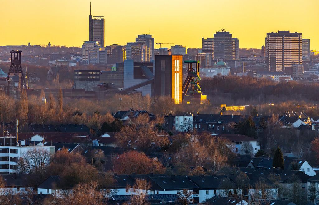 JT-190215-008   Skyline von Essen, vorne die Zeche Zollverein, Weltkulturerbe, dahinter die Hochhäuser der Innenstadt, mit dem Rathaus, rechts, RWE Tower, links,