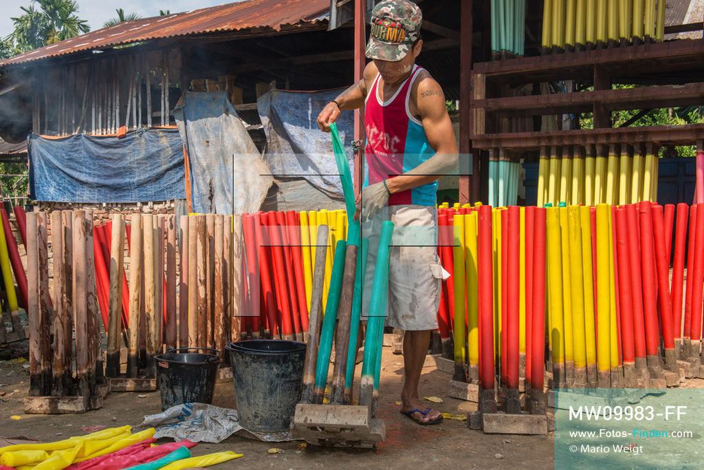 MW09983-FF | Myanmar | Insel Bilu Kyun | Reportage: Herstellung von Gummibändern | Nach dem Tauchbad und Trocknen werden die Gummischläuche von einem Mitarbeiter im Familienbetrieb im Dorf Ywalut nahe Mawlamyaing abgezogen.  ** Feindaten bitte anfragen bei Mario Weigt Photography, info@asia-stories.com **