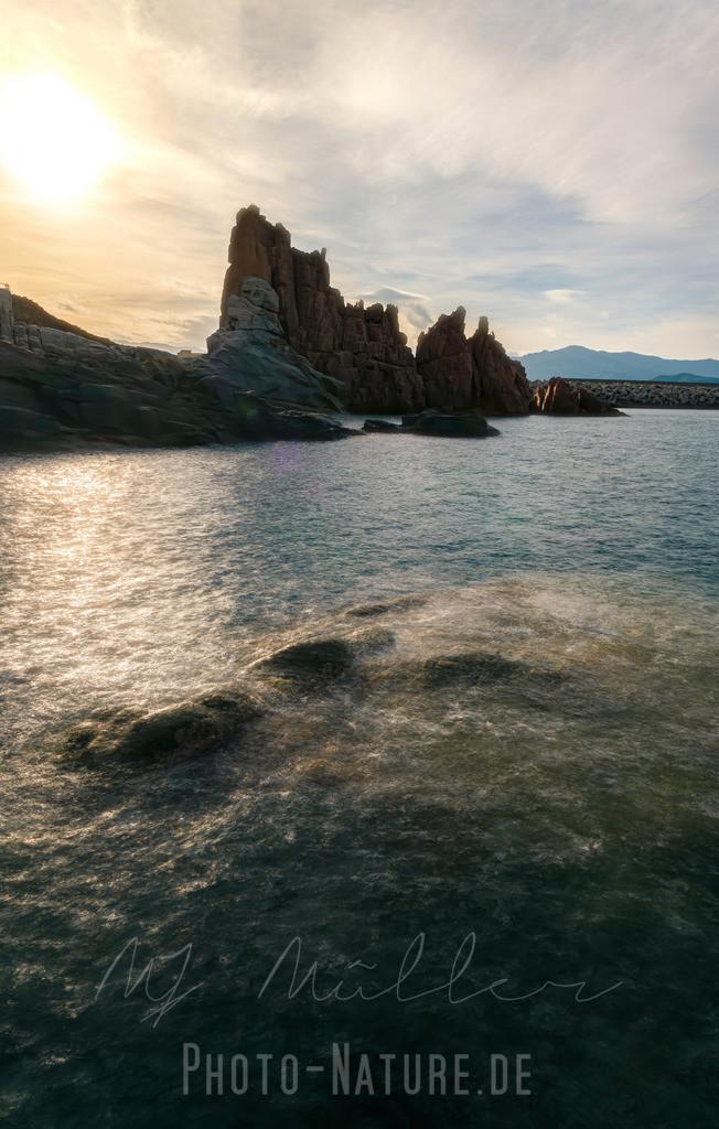Sanfte Wellen an schönen Felsen | Die sanfte See an den schönen zackigen Felsen