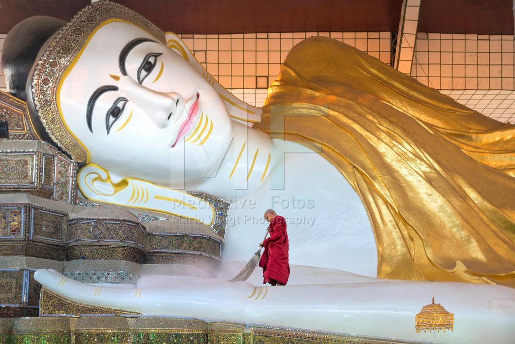 MW0115-5403   Novize reinigt liegenden Buddha in Bago