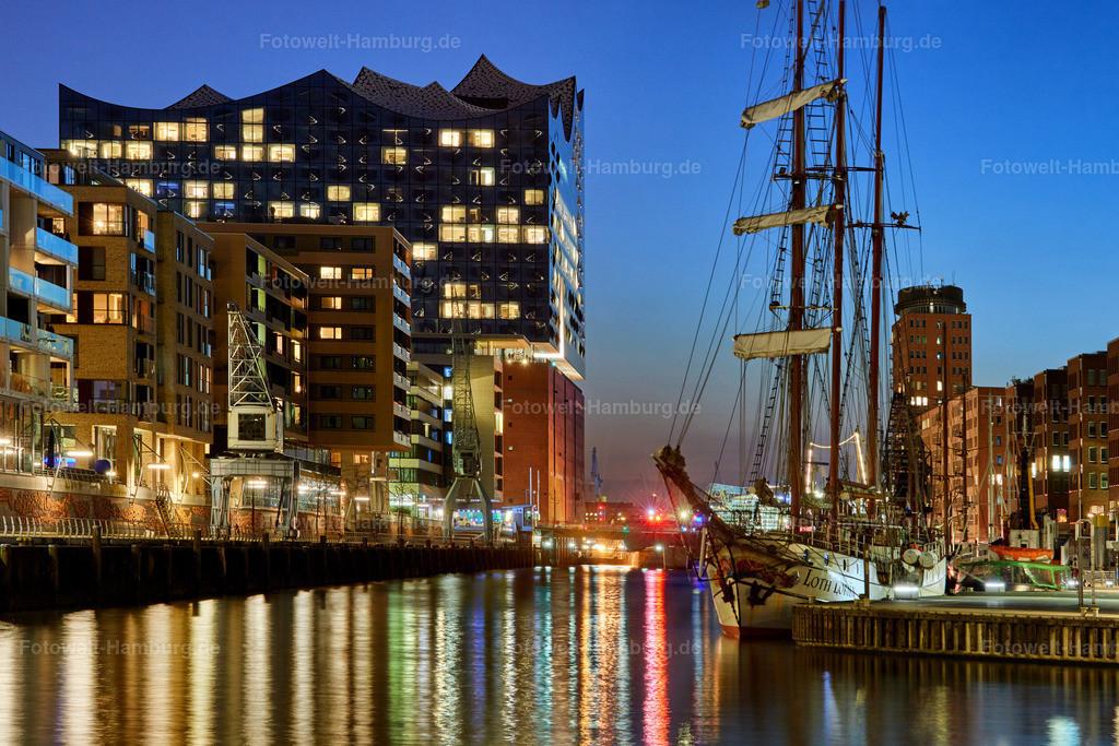 elbphilharmonie und sandtorhafen bei nacht