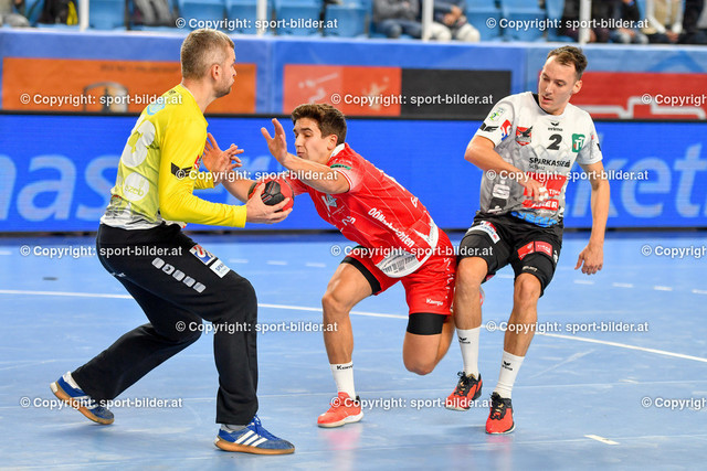 AUT, HLA, HC Linz AG vs Schwaz Handball Tirol   09.10.2021, Sporthauptschule Linz-Kleinmuenchen, AUT, HLA, HC Linz AG vs  Schwaz Handball Tirol, im Bild Tine Gartner (Linz) vs Aliaksei Kishou (Tirol), Alexander Wanitschek (Tirol)