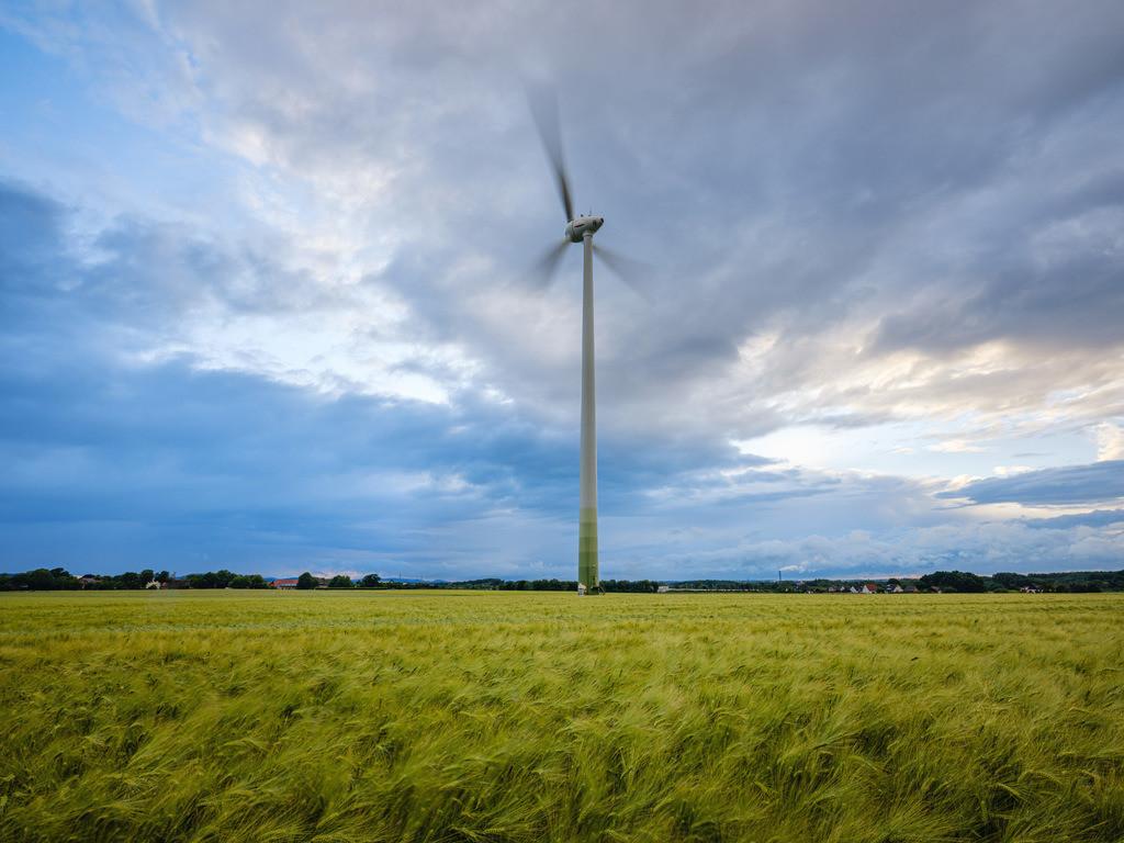 Windräder im Sturm | Windrad in Bielefeld-Brönninghausen an einem stürmischen Abend im Juni.