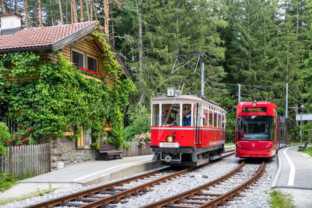 Alt und Neu | Alte und neue Triebwagen der Innsbrucker Straßenbahnen an der Haltestelle Tantegert