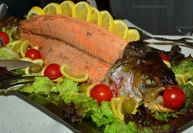 Im Backofen zubereiteter Lachs | Ein ganzer Lachs mit Kopf, zubereitet, garniert und dekoriert.
