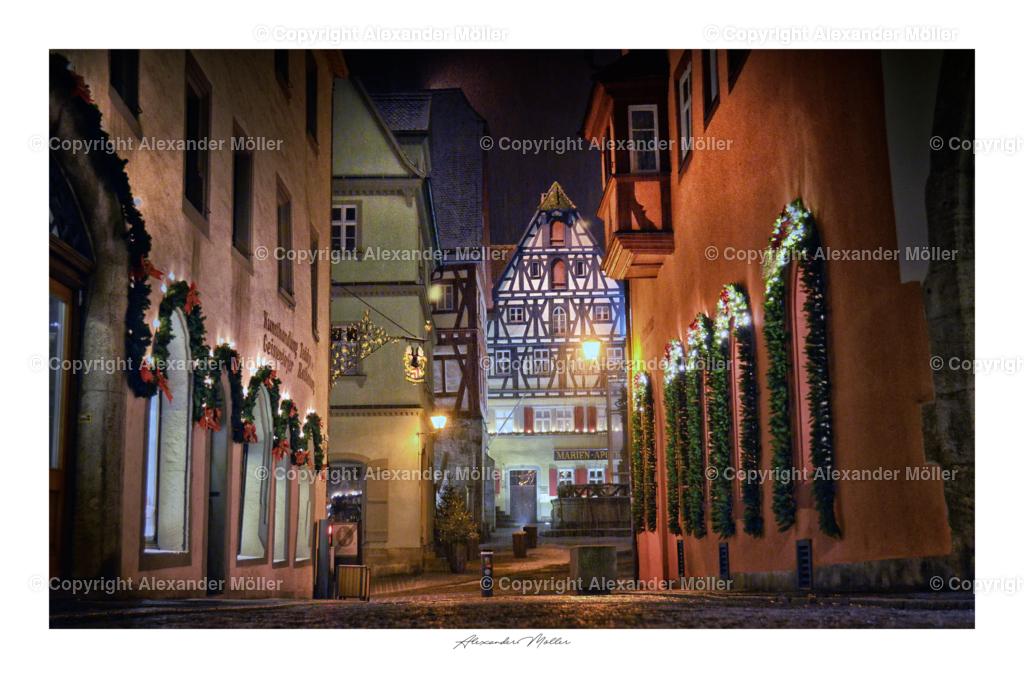 Rothenburg ob der Tauber No.115 | Dieses Werk zeigt den Blick durch die Hafengasse auf den Rothenburger Marktplatz, mit direkten Blick auf die Marien-Apotheke. Die Kellergewölbe des Apothekengebäudes reichen bis ins 12.Jahrhundert in die Stauferzeit zurück.