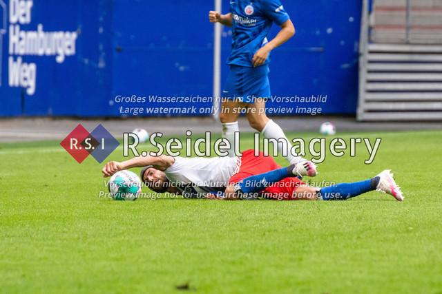 Fußball, Herren, Testspiel, Hamburger SV - FC Hansa Rostock, Volksparkstadion, 09.08.2020 | Klaus Gjasula (#20 HSV) am Boden