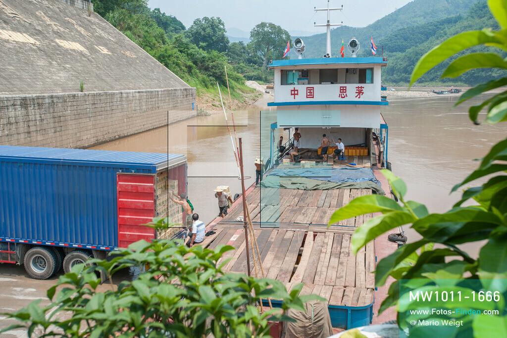 MW1011-1666 | China - Thailand | Provinz Yunnan | Xishuangbanna | Reportage: Schiffsreise mit dem Cargoboot von Guan Lei nach Chiang Saen auf dem Mekong | Im Hafen von Guan Lei entladen Arbeiter ein chinesisches Frachtschiff. In China heißt der Mekong Lancang Jiang (Turbulenter Fluss).  ** Feindaten bitte anfragen bei Mario Weigt Photography, info@asia-stories.com **