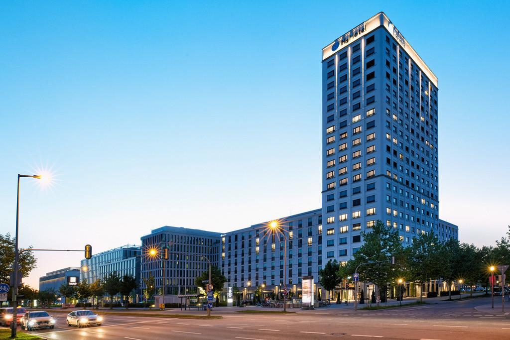 aussenansicht-abend-h2-hotel-muenchen-olympiapark
