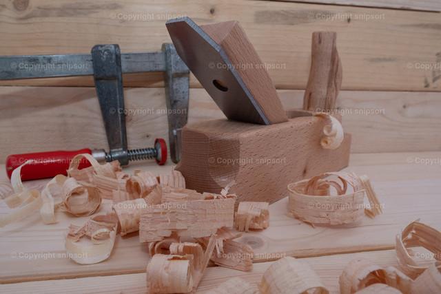 Tischlerei (Detail) | Holzspäne mit Handhobel und Schraubstock in einer Holzwerkstatt
