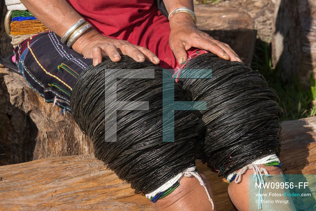 MW09956-FF   Myanmar   Loikaw   Reportage: Loikaw im Kayah State   Schwarz lackierte Baumwollringe an den Knien tragen nur noch wenige Frauen der ethnischen Minderheit der Kayah im Dorf Hta Nee La Leh. Diese einzigartige Tradition ist Schönheitsideal und Stammesidentität zugleich.   ** Feindaten bitte anfragen bei Mario Weigt Photography, info@asia-stories.com **