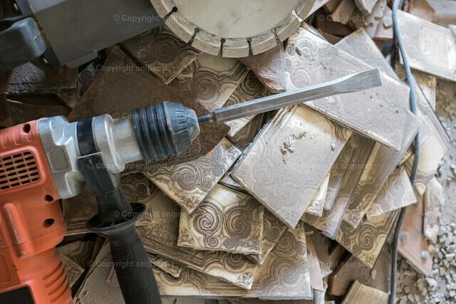 Abbruchwerkzeug über Keramikscherben