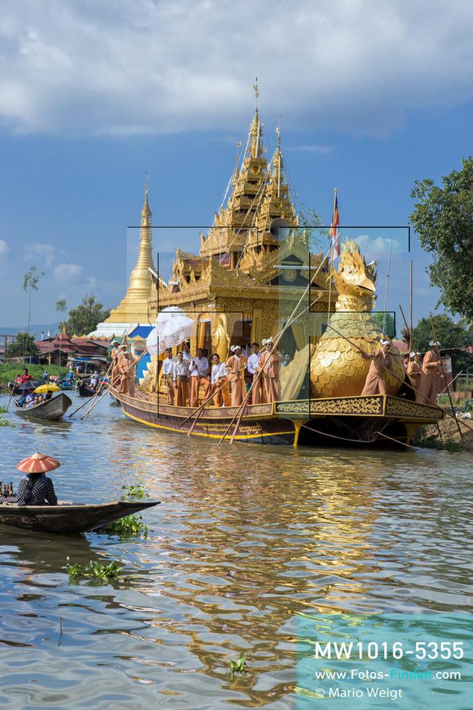 MW1016-5355 | Myanmar | Inle-See | Nyaungshwe | Reportage: Ye Lin lebt auf dem Inle-See | Während des Phaung Daw U Festivals wird die goldene Barke Shwe Hintha von Dorf zu Dorf gerudert. Der 8-jährige Ye Lin Yar Zar lebt mit seinen Eltern in einem Pfahlhaus auf dem Inle-See. Er gehört zur ethnischen Gruppe der Intha und beherrscht die einzigartige Einbeinrudertechnik, um zur Schule zukommen.  ** Feindaten bitte anfragen bei Mario Weigt Photography, info@asia-stories.com **