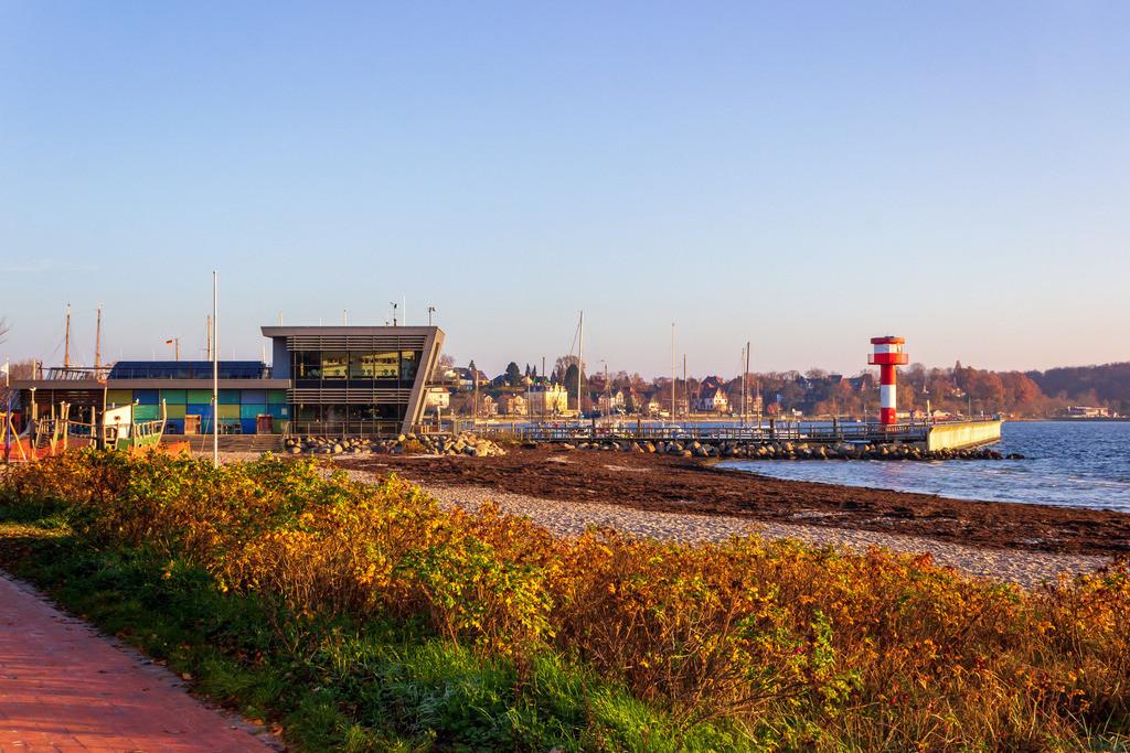 Strand in Eckernförde | Promenade am Strand in Eckernförde mit Blick auf den Leuchtturm