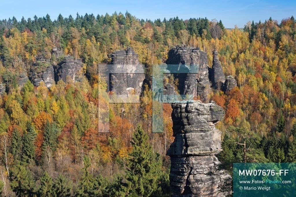 MW07676-FF   Deutschland   Sachsen   Sächsische Schweiz   Aussichtspunkt Johanniswacht im Bielatal. Blick auf die Felstürme Herkulessäulen, Schraubenkopf und Johanniskegel im Herbstwald. Das Tal mit dem Flüsschen Biela ist eines der beliebtesten Klettergebiete des Elbsandsteingebirges mit über 230 Gipfeln und 3.000 Klettersteigen.  ** Feindaten bitte anfragen bei Mario Weigt Photography, info@asia-stories.com **