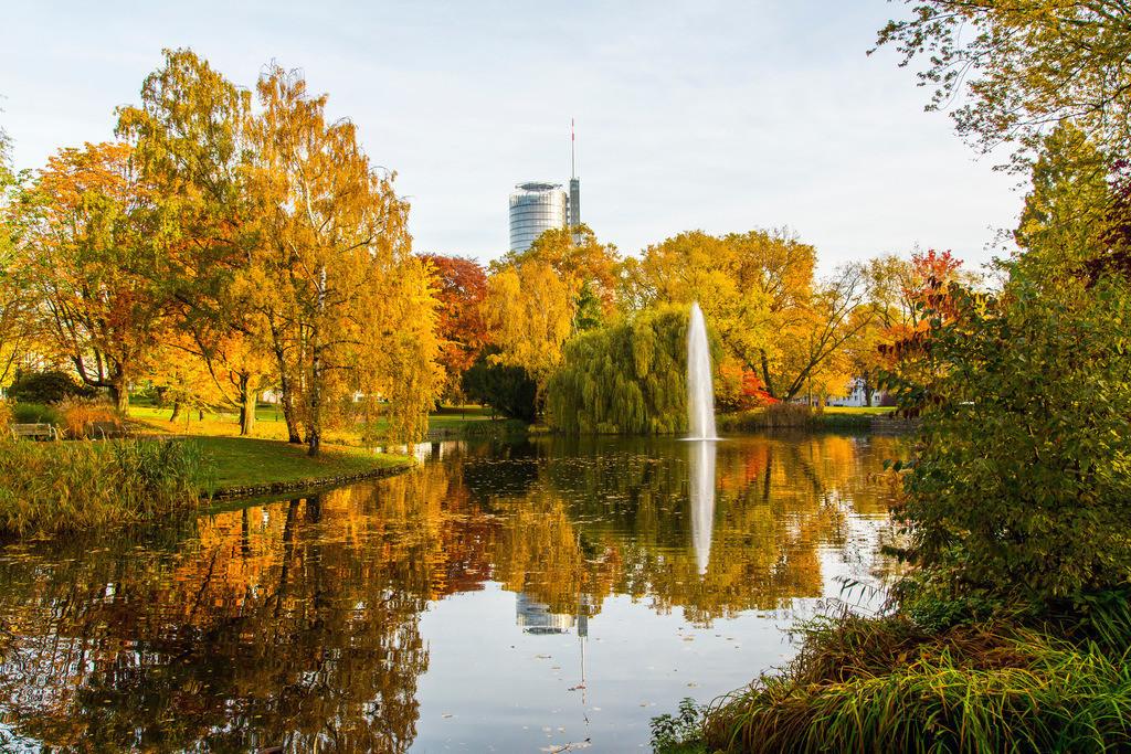 JT-151030-759   Stadtpark Essen, Teich, Fontäne und Turm der RWE Hauptverwaltung, im Herbst