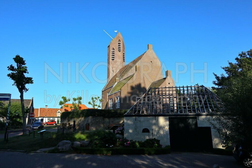 Die Kirche von De Waal   Die Kirche von De Waal auf der Nordseeinsel Texel mit dem Kirchturm im Hintergrund. De Waal ist das kleinste Dorf der Insel Texel. De Waal besticht durch die Architektur der Häuser. Die gemütliche Atmosphäre in De Waal lädt zum Verweilen ein und bietet Entschleunigung pur.