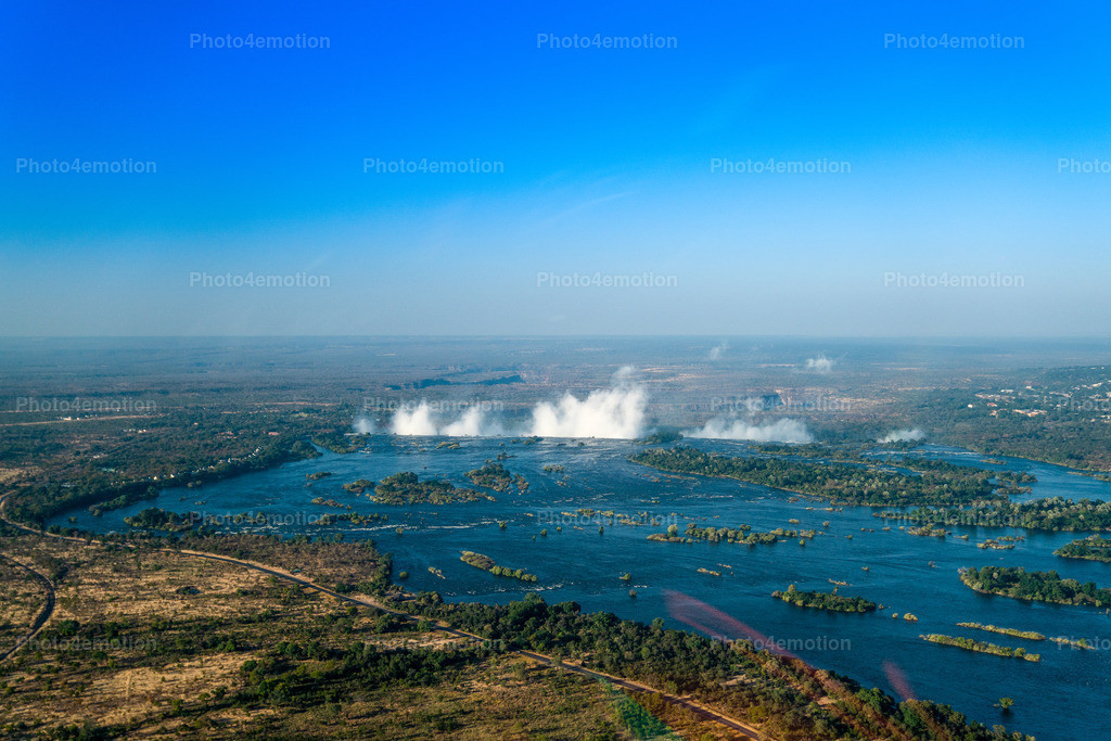 GRO09860 | The Victoria Falls are a wide waterfall of the Zambezi River between the border towns of Victoria Falls in Zimbabwe and Livingstone in Zambia. Since 1989, the falls belong to the World Natural Heritage of UNESCO.