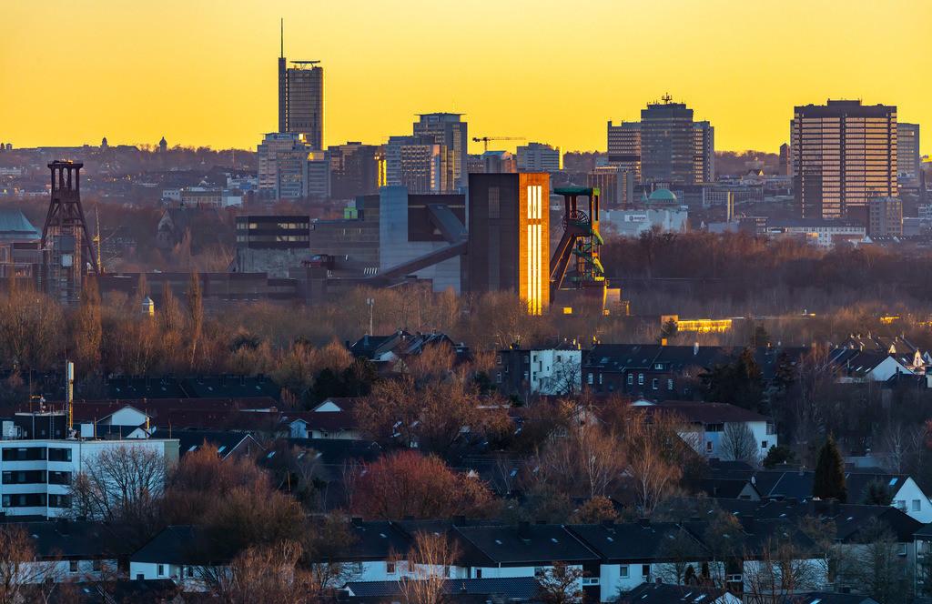 JT-190215-012 | Skyline von Essen, vorne die Zeche Zollverein, Weltkulturerbe, dahinter die Hochhäuser der Innenstadt, mit dem Rathaus, rechts, RWE Tower, links,