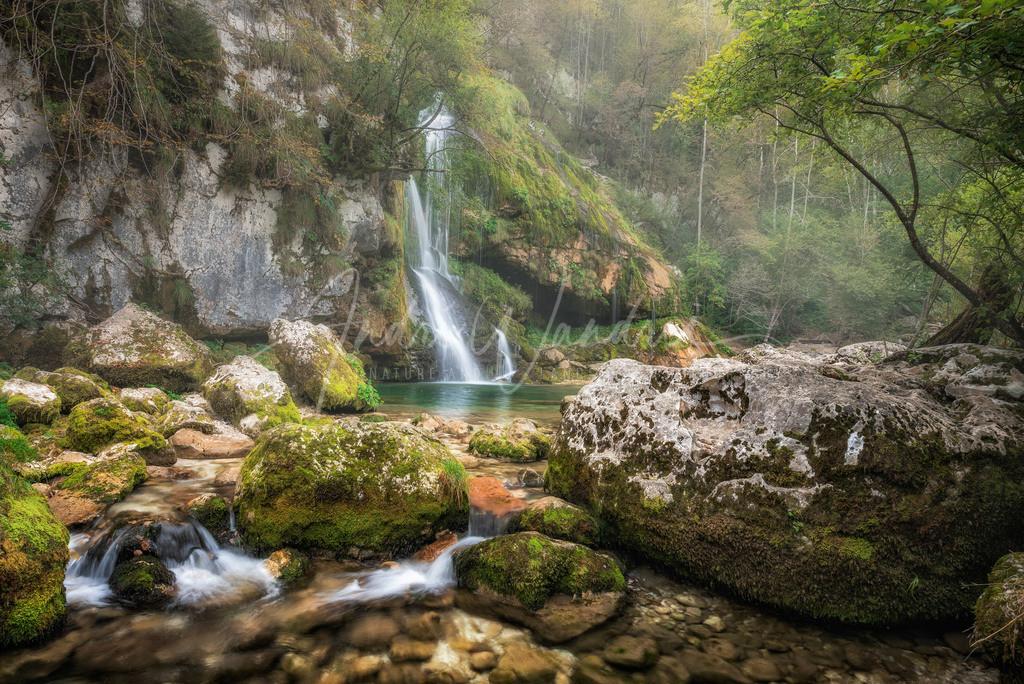 Morgennebel am Wasserfall