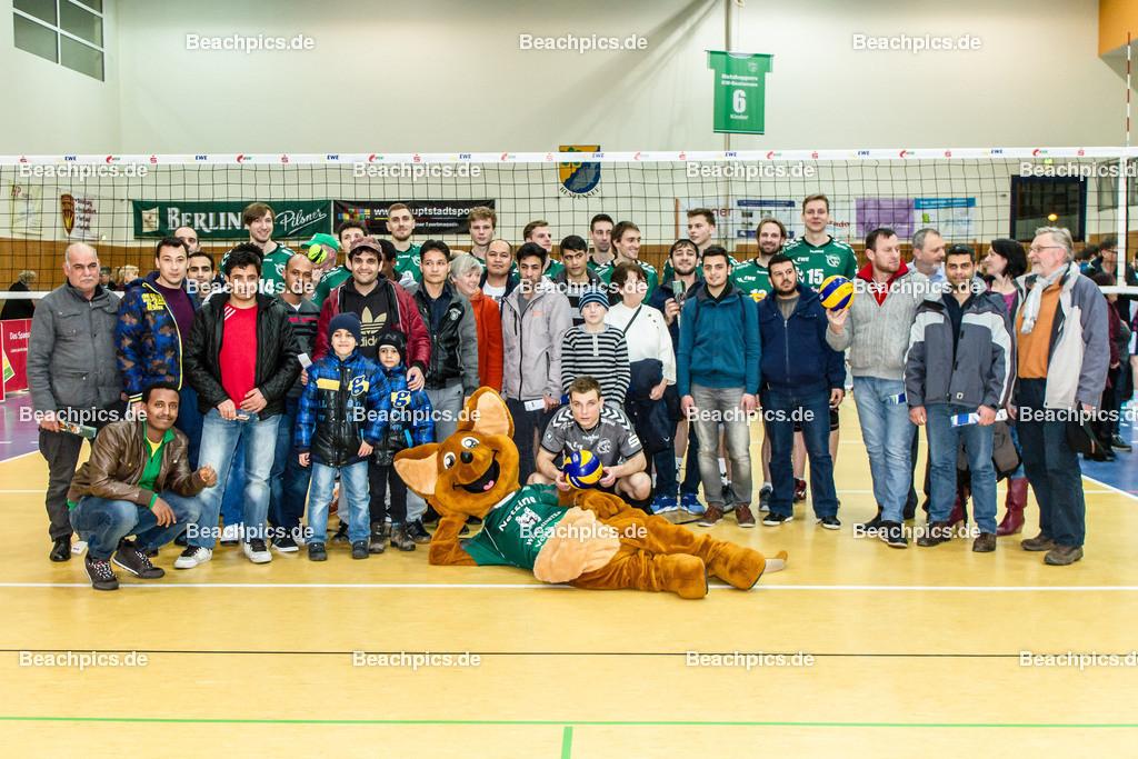 2016_164_BLM_Netzhoppers-Lüneburg | Netzhoppers Mannschaft mit Flüchtlingen, die waren als Zuschauer zum Spiel eingeladen