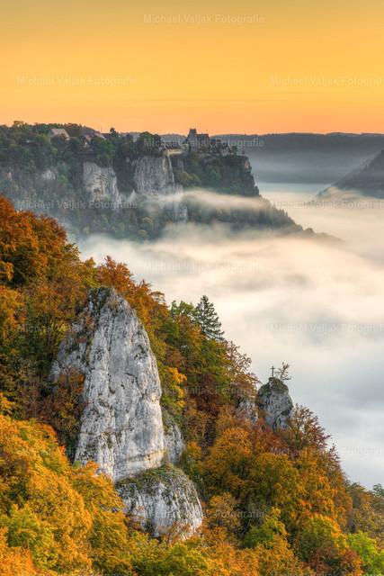 Herbst im Donautal | Blick vom Eichfelsen bei Irndorf ins Donautal an einem nebligen Morgen im Herbst. Im Hintergrund ist Schloss Werenwag zu sehen, welches sich in Privatbesitz befindet.