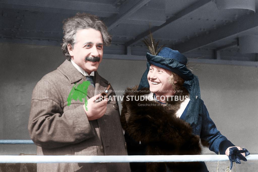Albert Einstein mit Ehefrau, koloriert in Farbe | Albert Einstein mit seiner Ehefrau (Cousine) Elsa Löwenthal 1921. Zwischen 1917 und 1920 pflegte seine Cousine Elsa Löwenthal (geb. Einstein; 1876–1936) den kränkelnden Einstein. Es entwickelte sich eine romantische Beziehung. Angesichts dessen ließ sich Einstein Anfang 1919 von Mileva scheiden, wenig später heiratete er Elsa.