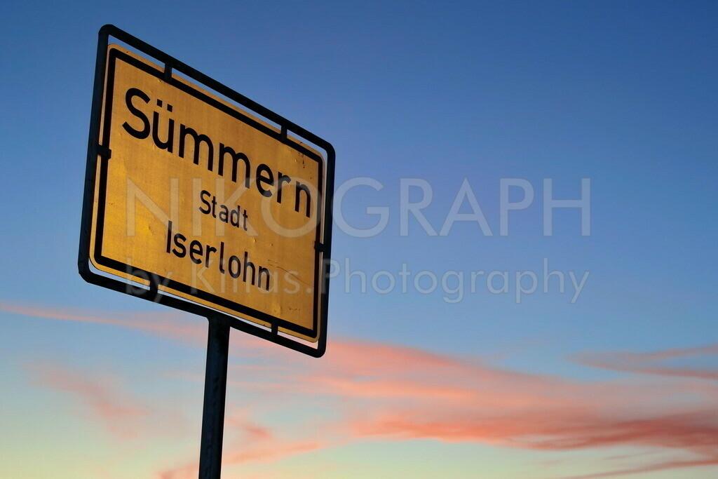 Ortseingang Sümmern | Ortseingangsschild im Abendhimmel. Sümmern, Stadt Iserlohn.