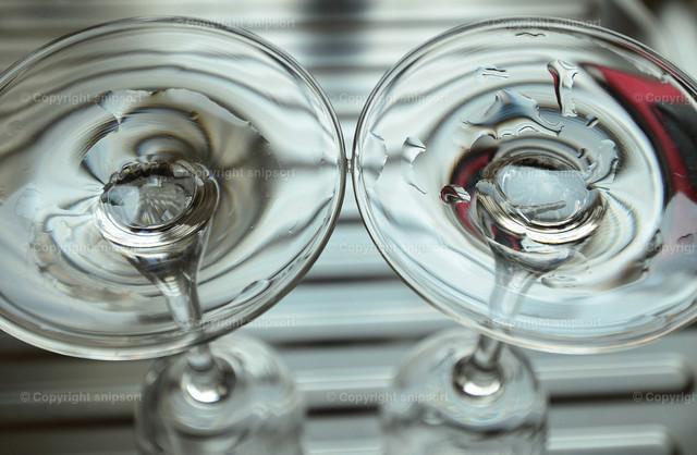 Zwei Sektgläser nach dem Abwasch | Zwei Sektgläser auf der Geschirrspülablage nach dem Abwasch.