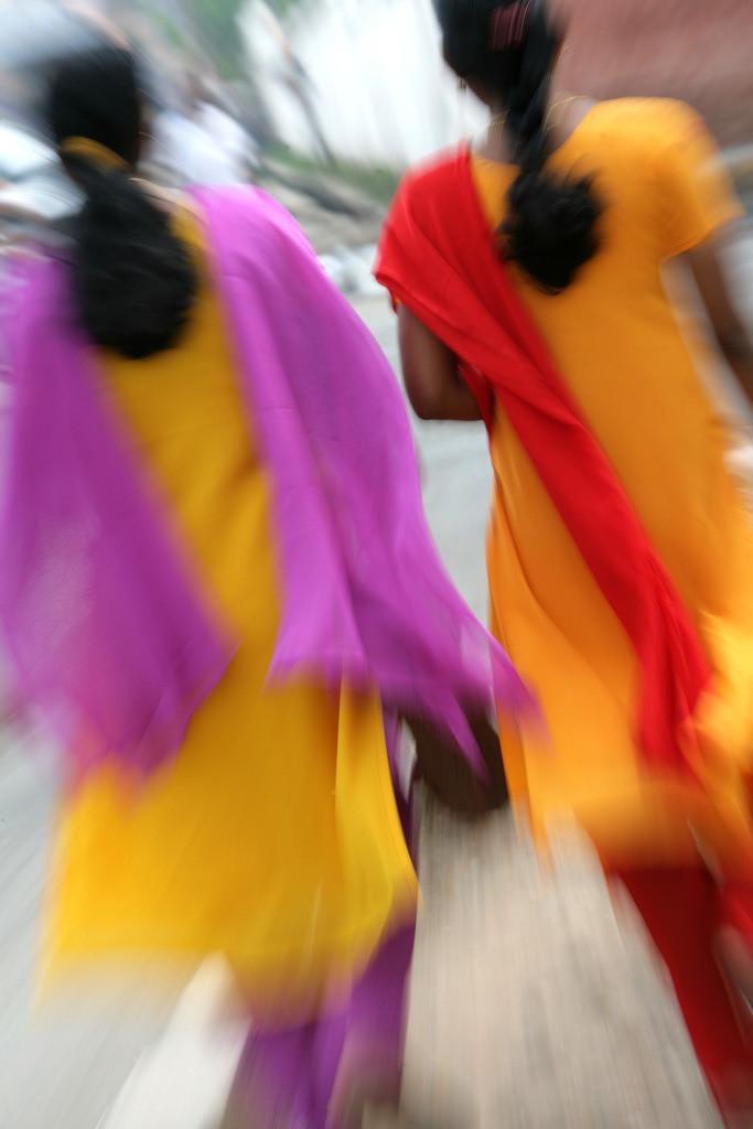 Indien, Kerala | Indien, Kerala, Trivandrum : Frauen mit gelben Saris und farbigen Tuechern .  |IND, India, Kerala, Trivandrum