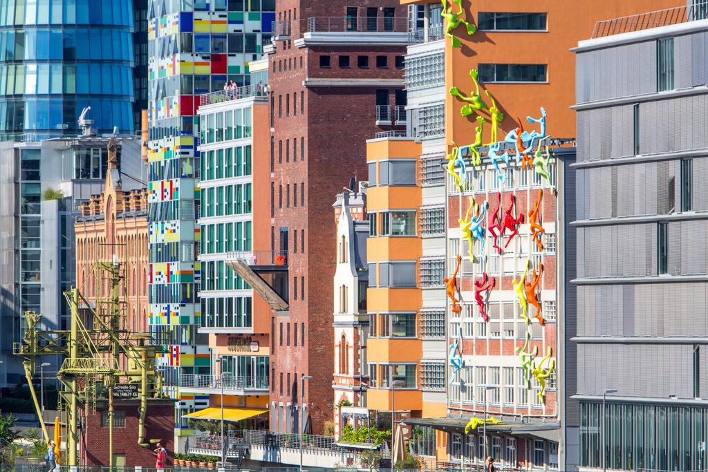 JT-160901-625 | Medienhafen, Düsseldorf. Alte und moderne Architektur im ehemaligen Hafen. Jetzt eine Mischung aus Büros, Firmen, Hotels, Restaurants, Szeneviertel, Ausgehviertel, Galerien, Marina. Düsseldorf, Rheinland, NRW, Deutschland,