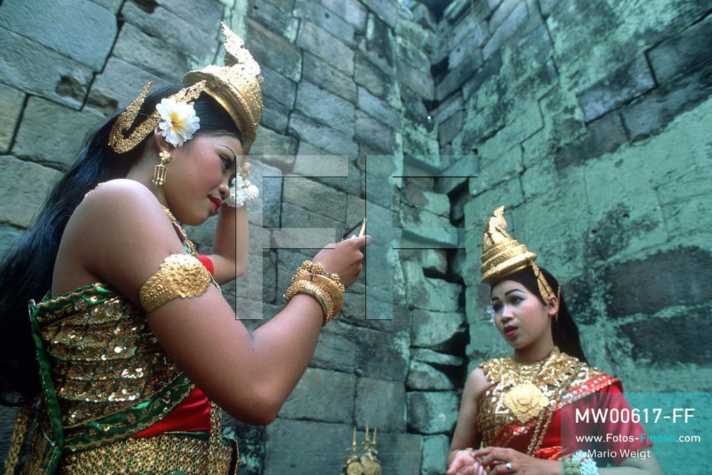 MW00617-FF   Kambodscha   Siem Reap   Reportage: Apsara-Tanz   Apsara-Tänzerinnen im Tempel Preah Khan. Kambodschas wichtigstes Kulturgut ist der Apsara-Tanz. Im 12. Jahrhundert gerieten schon die Gottkönige beim Tanz der Himmelsnymphen ins Schwärmen. In zahlreichen Steinreliefs wurden die Apsara-Tänzerinnen in der Tempelanlage Angkor Wat verewigt.   ** Feindaten bitte anfragen bei Mario Weigt Photography, info@asia-stories.com **